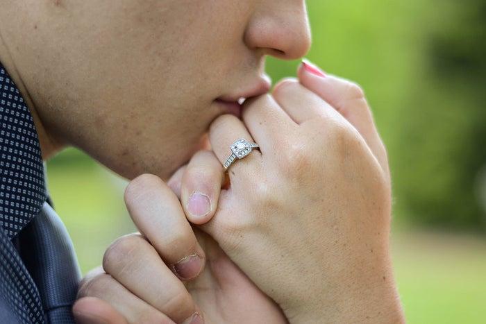 嬉しくないキスは不安を抱えている証?/photo by GAHAG