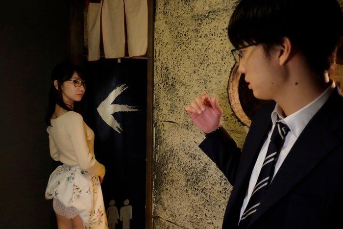 (左から)柏木由紀、伊藤健太郎/1話衝撃のパンツ目撃シーン(C)「この恋はツミなのか!?」製作委員会・MBS