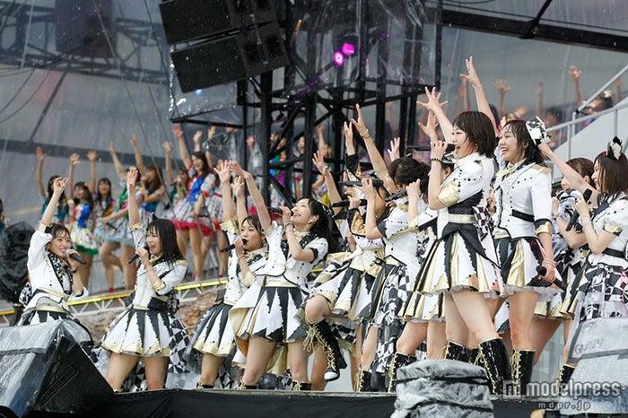 「第6回選抜総選挙」開票前ライブを行ったAKB48(C)AKS