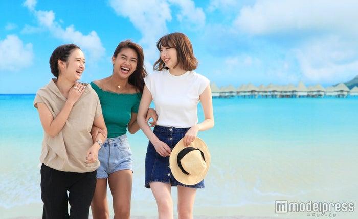 モデル(左から)西本早希、マーサ、佐藤さき/撮影協力:タチヒビーチ(C)モデルプレス