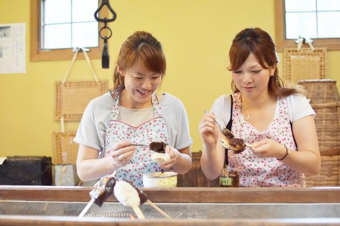 自分で作った五平餅の出来立ての美味しさは格別(提供写真)