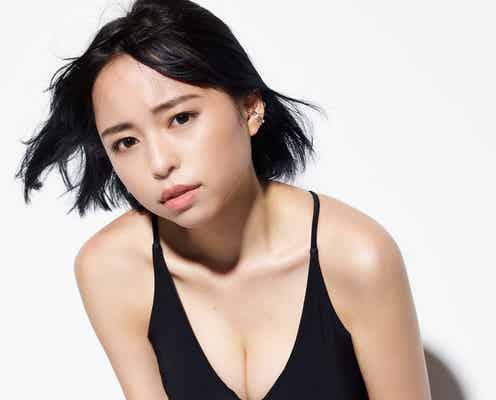 グラビア界の新星・寺坂ユミ、エモい黒水着で美ボディ披露