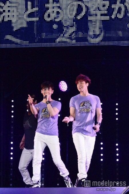 新曲「OCEAN」(6月12日発売)を披露する東方神起(左から:チャンミン、ユンホ)