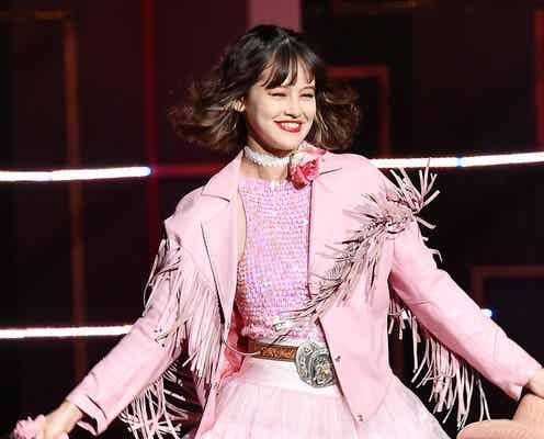 emma、ピンクのウエスタン風衣装でノリノリ 「かわいい!」と歓声