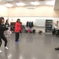 ファイナリストのダンスレッスンを見守る末吉秀太/番組「#女子高生ミスコン」より