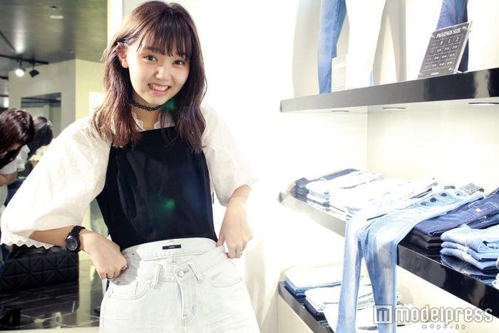 「EMODA」ではクラッシュデニムをセレクト!/モデル:江野沢愛美