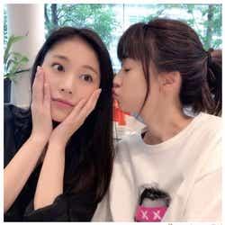 """モデルプレス - 水沢エレナ、""""美人姉""""ヨンアに再会 仲良しキスショットが可愛い"""