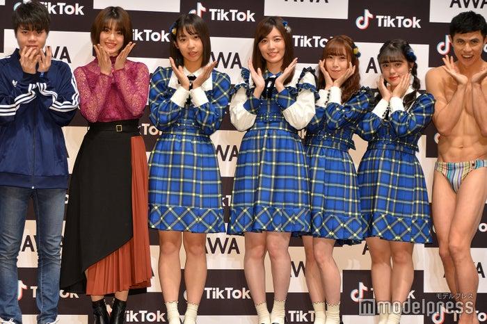 (左から)加藤、萩田帆風、日高優月、松井珠理奈、高柳明音、竹内彩姫、小島よしお (C)モデルプレス