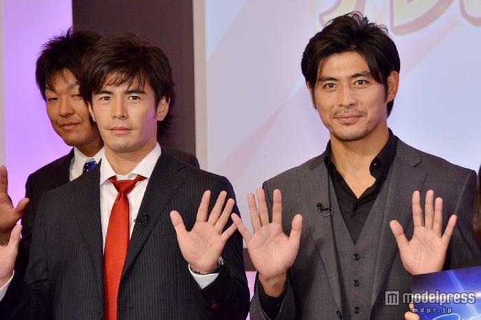 テレビ朝日の2013年度入社式にサプライズ登場した伊藤英明(左)と坂口憲二(右)