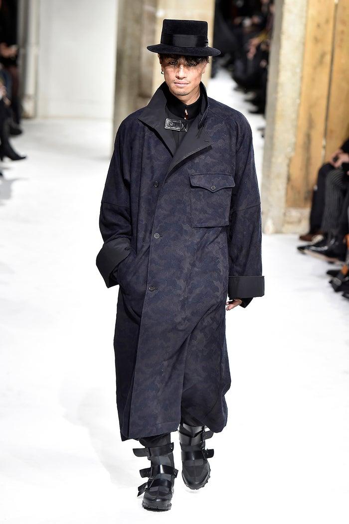 コートを着ている斎藤工