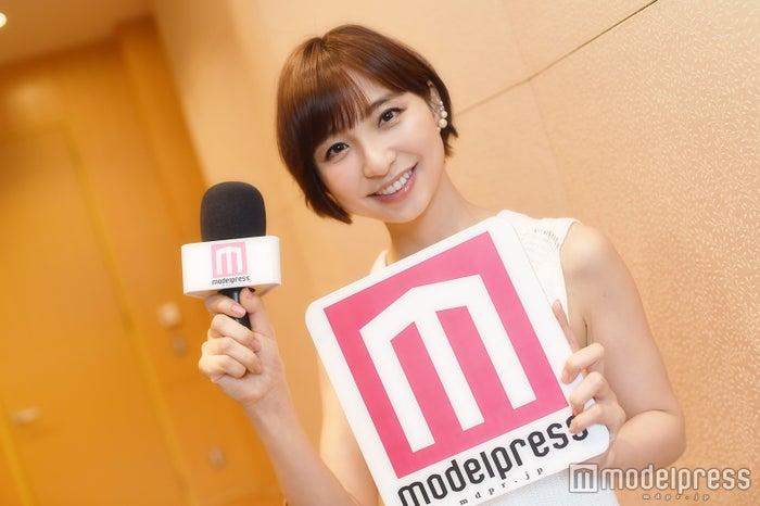 モデルプレスのインタビュアーに挑戦した篠田麻里子(C)モデルプレス