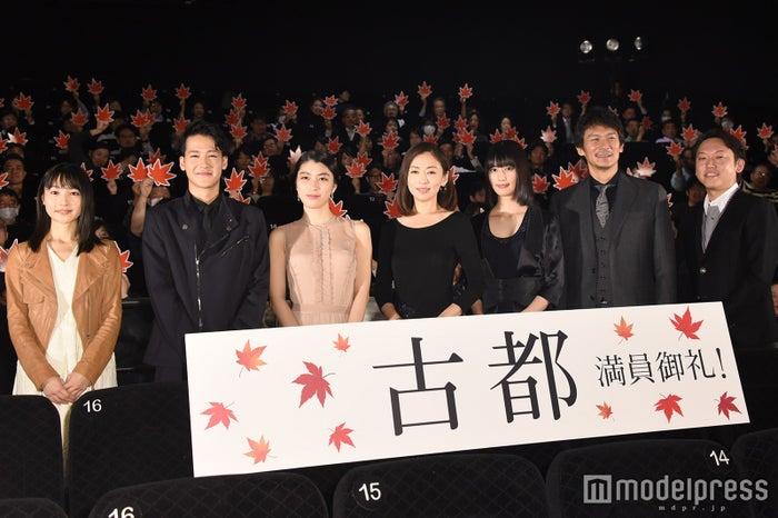 (左から)新山詩織、葉山奨之、成海璃子、松雪泰子、橋本愛、伊原剛志、Yuki Saito監督 (C)モデルプレス