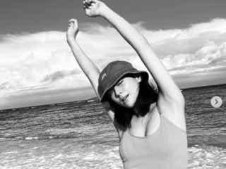 西内まりや、健康的な美ボディのモノクロ写真に称賛の声「カワイイ!」