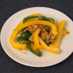 「ピーマンとパプリカのカレーチーズ炒め」の簡単レシピ 彩り野菜で華やかに!