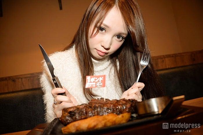 顔よりも大きなステーキにびっくり!