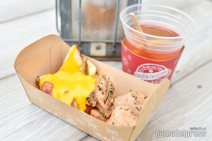 ローストチキン&ベイクドポテトのチーズソース(¥500)、ホットアプリコットカクテル(¥680) (C)モデルプレス(C)Disney