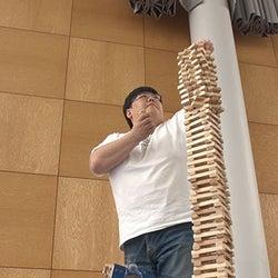 """""""六冠王""""タイムマシーン3号・関太、積み木を積んだ高さ日本一に挑む『それって!?実際どうなの課』"""