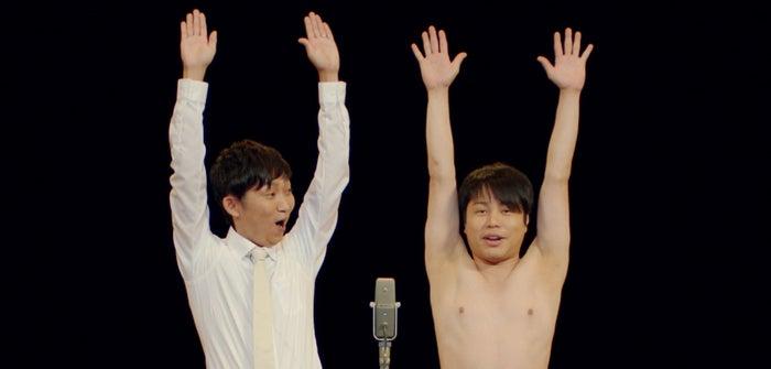 井上裕介(右)が上半身ヌードを披露(提供写真)