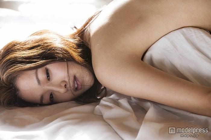 ヌード姿で美ボディを披露した笛木優子/写真集『bleu velours』より/撮影:橋本雅司