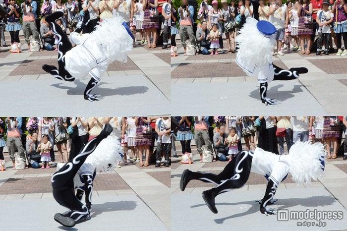 水兵のスケルトンはブレークダンスを披露/東京ディズニーシー「スケルトンのストリートパーティー」