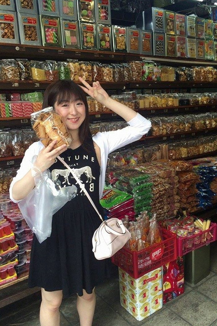 タイのお菓子を手に喜ぶ伊豆田莉奈(C)TBS