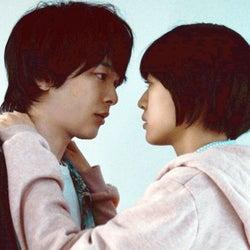 中村倫也、キス寸前 主演映画「人数の町」公開決定「今、世に出るべき作品」