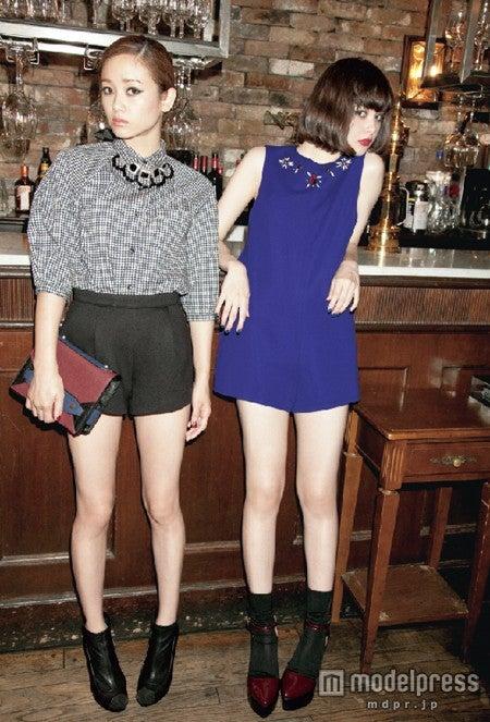 「SLY 2013 AUTUMN News Paper」にてイメージモデルに起用された(左から)宮城舞、玉城ティナ