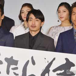 左から:小林直己、青柳翔、AKIRA (C)モデルプレス