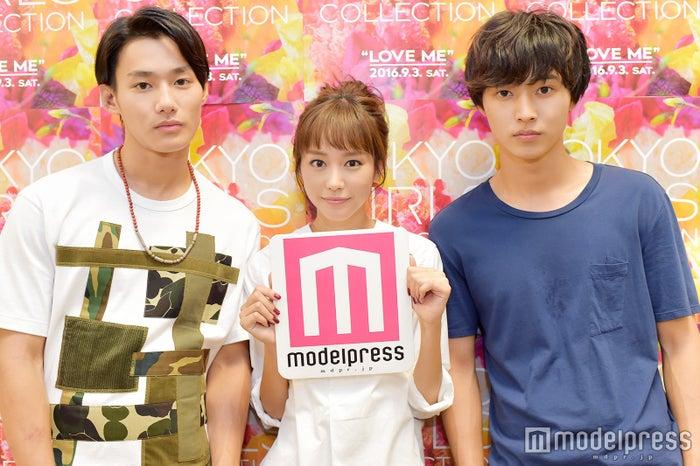 モデルプレスのインタビューに応じた(左から)野村周平、桐谷美玲、山崎賢人(C)モデルプレス