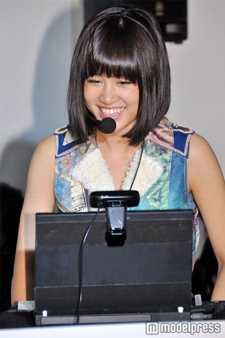 ファンとのビデオチャットを楽しむ前田敦子