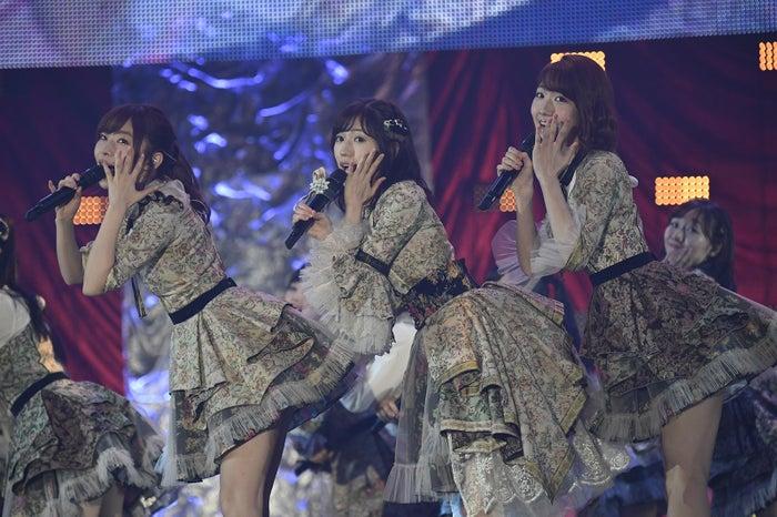 指原莉乃、渡辺麻友、柏木由紀/「AKB48グループ感謝祭~ランクインコンサート~(1~16位)」より(C)AKS