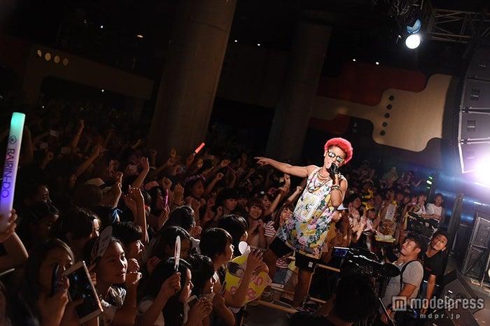 """渋谷のカリスマ・あっくん、""""ホーム""""渋谷で本領発揮 パーティーロックに女子熱狂【モデルプレス】"""