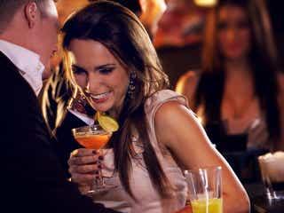 いい感じの男子に「この子無理…」と思われる、お酒にまつわる女子の失態3つ