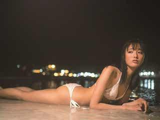 大友花恋、水着で横たわる妖艶カット解禁 美ボディラインを大胆披露