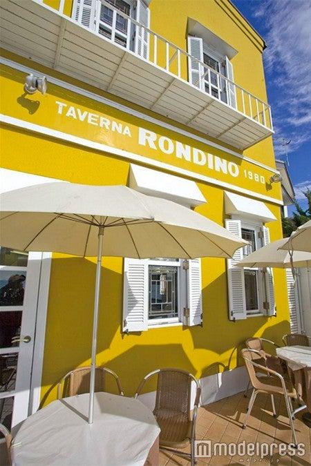黄色の外壁が一際目を引く「タベルナ ロンディーノ」/画像提供:タベルナ ロンディーノ