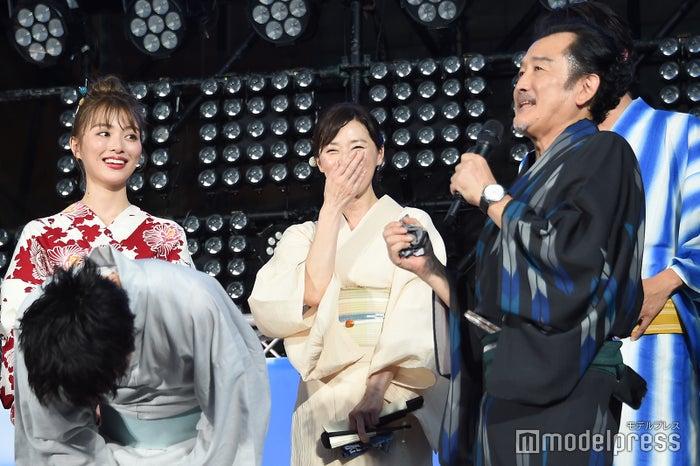 吉田鋼太郎(右)が大塚寧々(中央)のファンなため金子大地に嫉妬していることを知り爆笑しながら撃沈する田中圭(左)/(C)モデルプレス