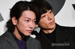 顔を寄せる佐藤健と高橋一生 (C)モデルプレス