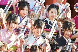 (時計回りに)左伴彩佳、林萌々香、清水里香、下野由貴、大森美優/AKB48グループ成人式記念撮影会 (C)モデルプレス