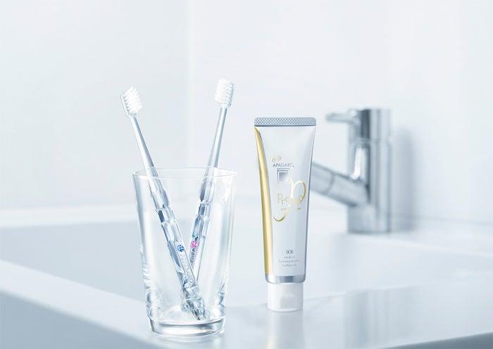 左:「アパガードクリスタル歯ブラシ」各375円(税込)、右:「アパガードプレミオ」100g、1,598円(税込)【医薬部外品・薬用歯みがき】