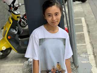 小島瑠璃子「下履いてる?」SEXY美脚にファン歓喜 バナナマンTシャツをおしゃれに着こなす