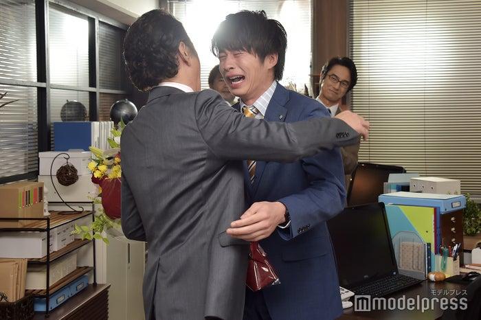 「あああ~…マジか…!」と涙をあふれさせる田中圭。(C)モデルプレス