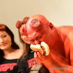 激辛ハンバーガーを早食いするクロちゃん(C)モデルプレス