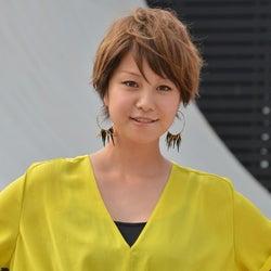 田中美保、鮮やかなワンピで美脚魅せ ファンから黄色い歓声