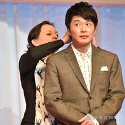 戸惑い気味にジュエリーをつけてもらう田中圭(C)モデルプレス