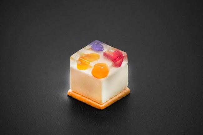 ニコライのフラワーボックスをイメージした「エディブルフラワーキューブ」 /画像提供:フォーシーズンズホテル京都