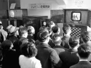 <あのころ>テレビ時代の幕開け 試験放送に足を止め