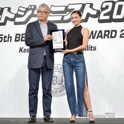 (右)長谷川潤(C)モデルプレス