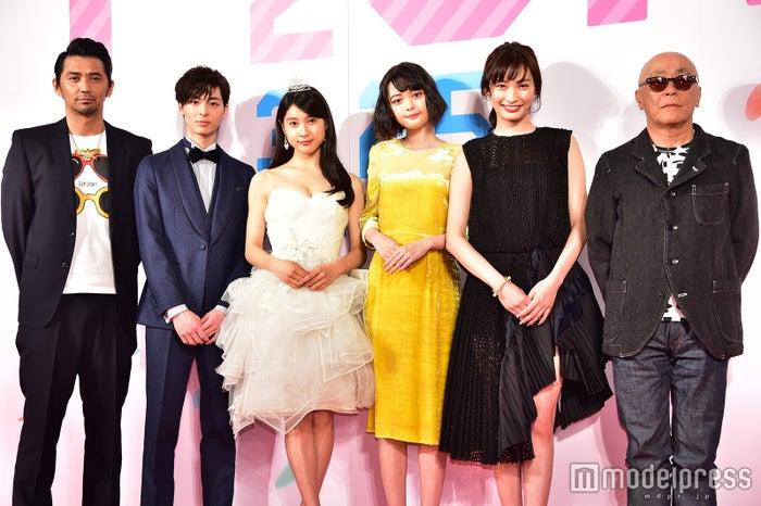 (左から)村上淳、高杉真宙、土屋太鳳、玉城ティナ、大政絢、廣木隆一監督(C)モデルプレス