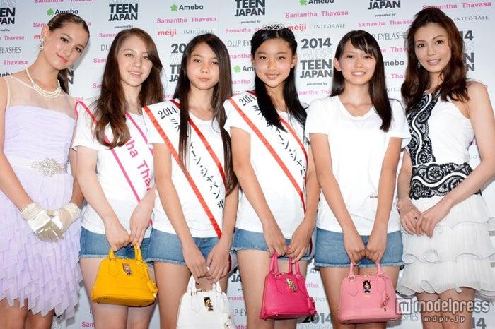 (左から)トラウデン直美、特別賞のユーイング玲杏さん、準グランプリの山田百さん、グランプリの八百城美音さん、準グランプリの志田音々さん、押切もえ