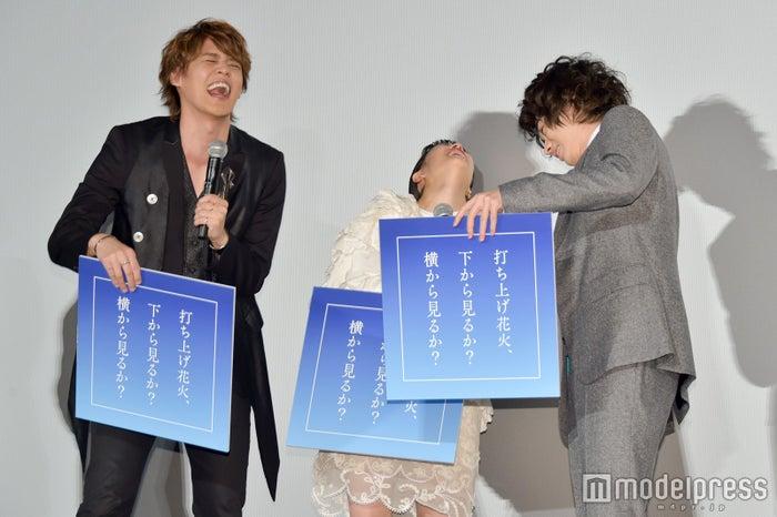 シンクロした回答に爆笑/左から:宮野真守、広瀬すず、菅田将暉 (C)モデルプレス